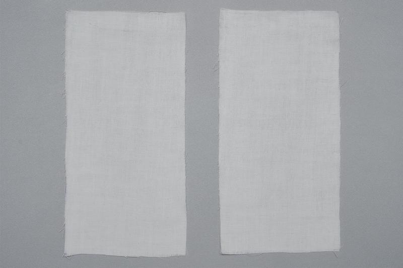 長方形に切ったポケット用白ガーゼ布地2枚