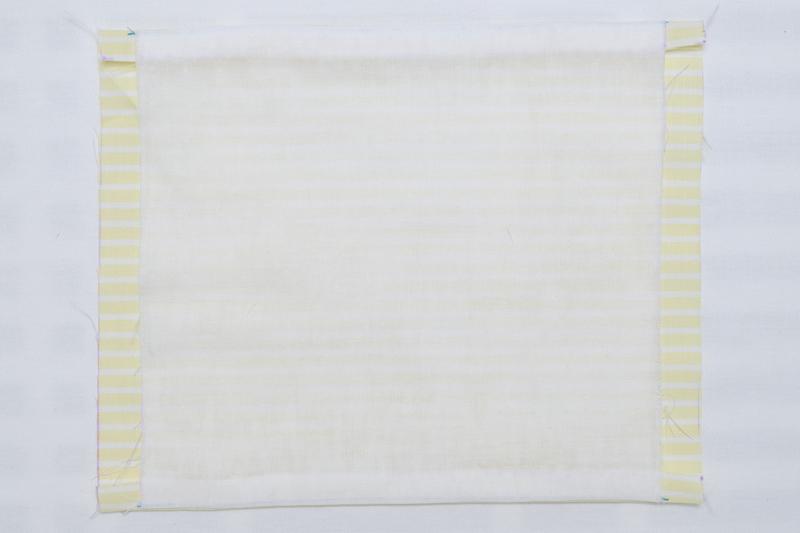 表地と裏地の端を縫い合わせ、内側を表に返した布の画像