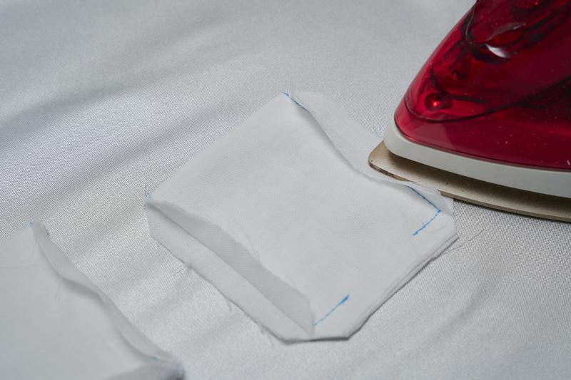 ポケット部分の布地の端をアイロンがけしている画像