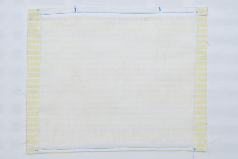 布の上部1㎝縫い合わせ、ノーズワイヤーを入れた両端を縦に縫い固定した状態の布の画像