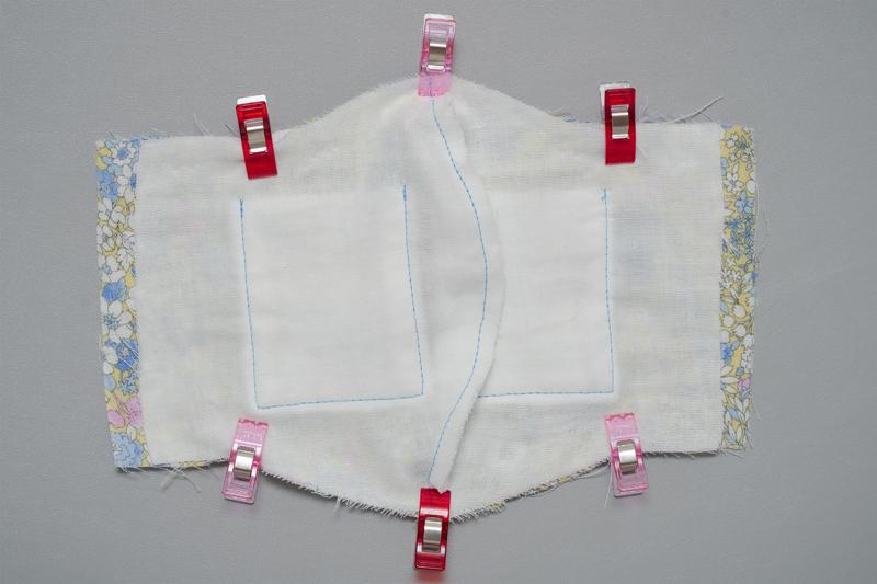 縫い代を右に倒す(表地の縫い代は左に)