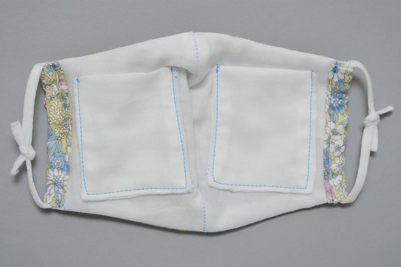ポケットの両端にゴムを通し、結んだ状態のマスク画像