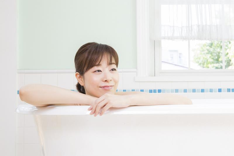 湯舟に浸かる女性