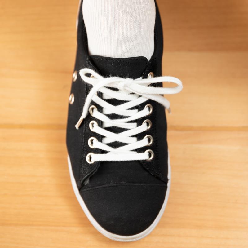 靴ひもをゆったりと結んで靴を履いている
