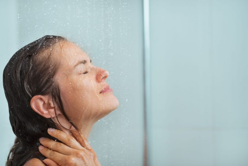 顔にシャワーを浴びる外国人女性