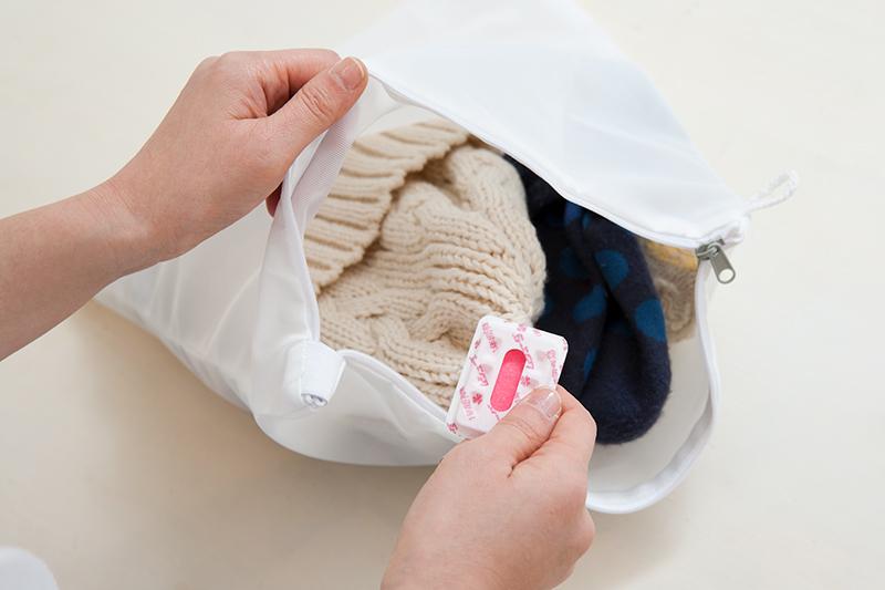 洗濯用ネットにセーターなどを防虫剤とともに入れている