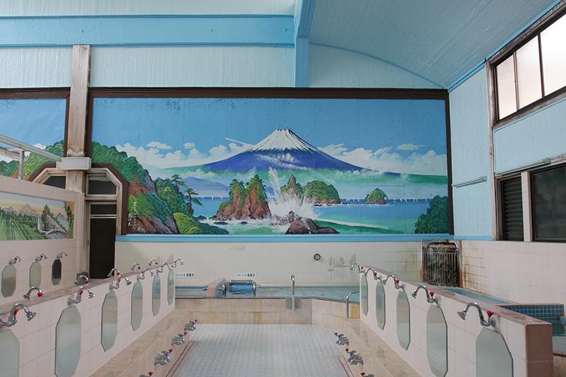 銭湯の内観。湯船や洗い場、富士山の絵が描いてある