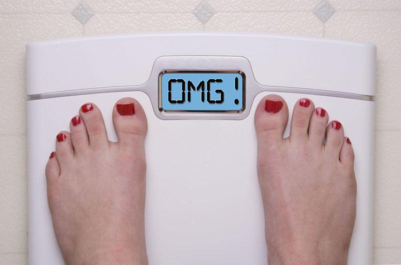 体重計に乗った女性の足元