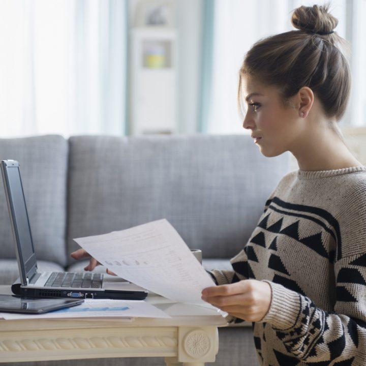 ローテーブルでパソコンに向かう女性
