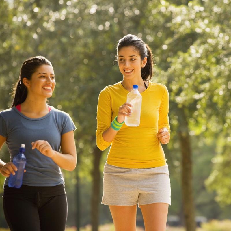 ペットボトルを持ち、並走する女性