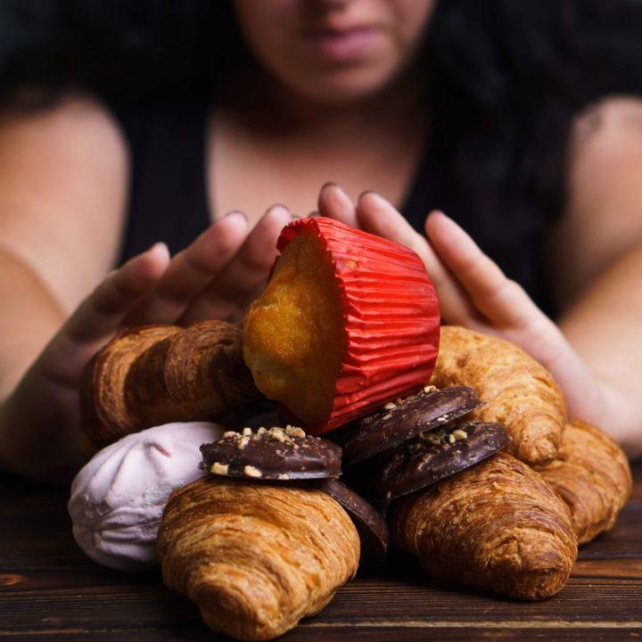 菓子パンを拒否する女性