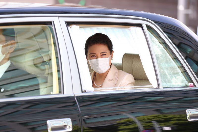雅子さまがピンクのスーツ姿で車に乗っている