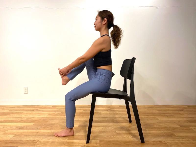 椅子に座った鷺(さぎ)のポーズのやり方2