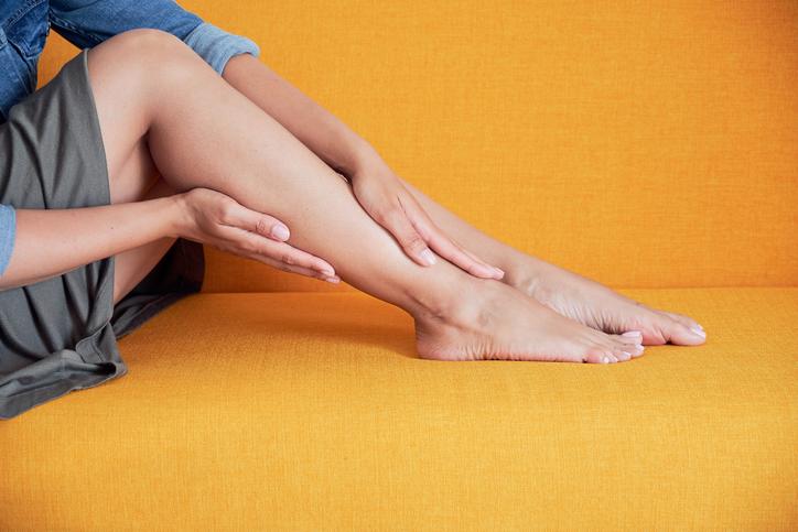 脚を触っている女性