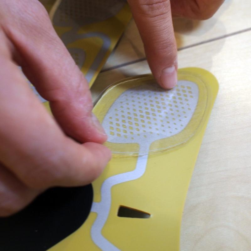 使う前の準備は、専用ジェルパッドを8個のパッドに貼り付けるだけ。