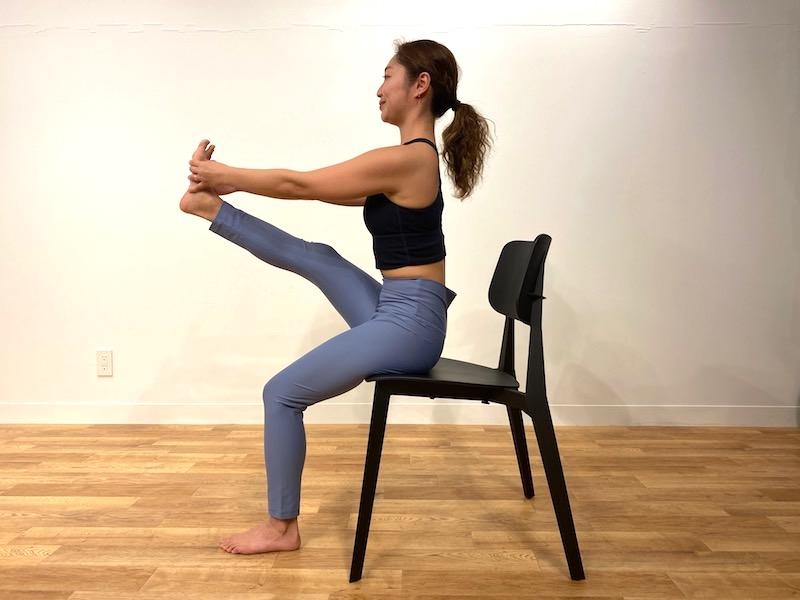 椅子に座った鷺(さぎ)のポーズのやり方3