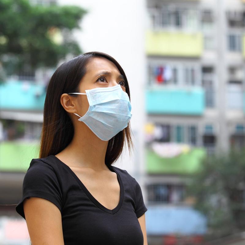 マスクを着けている女性