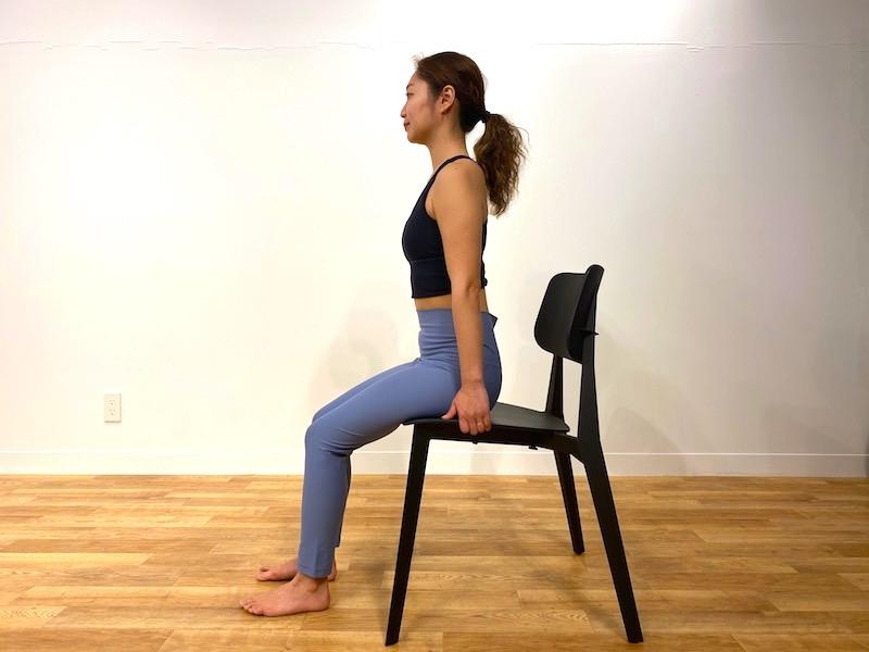 椅子に座った鷺(さぎ)のポーズのやり方1