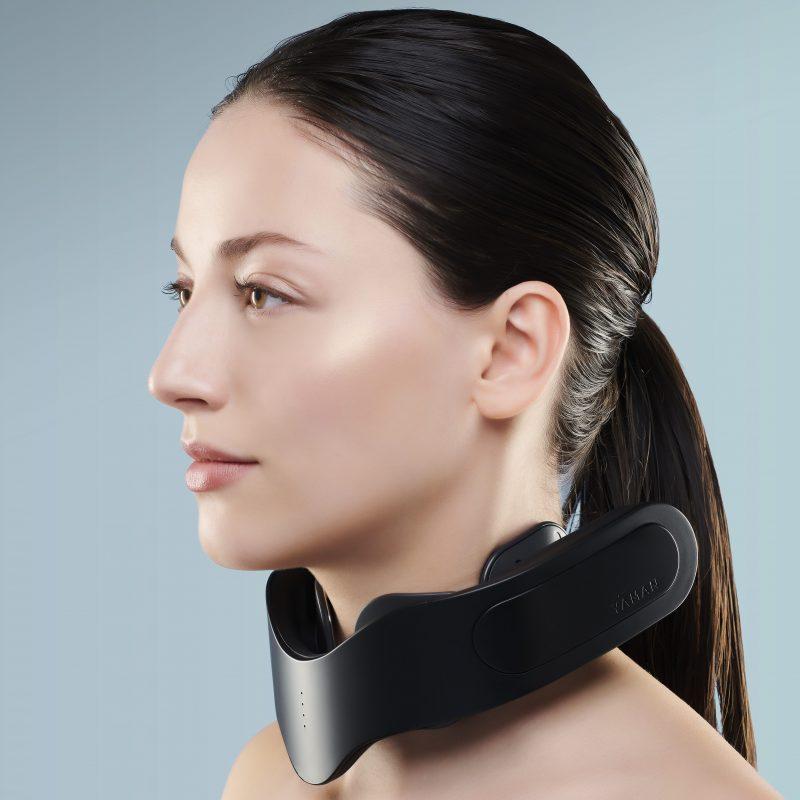 ヤーマン『メディリフト ネック』を首に装着している女性