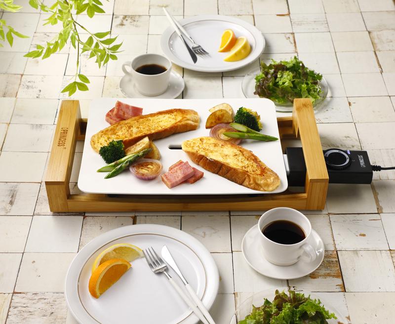 テーブルグリル ミニピュアに乗せたパンや野菜、朝食の画像