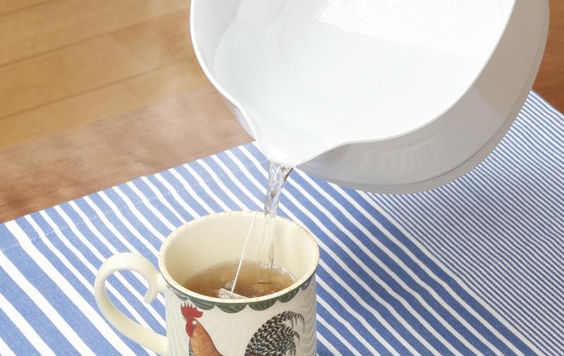 おりょうりケトル ちょいなべのお湯をカップに注いでいる画像