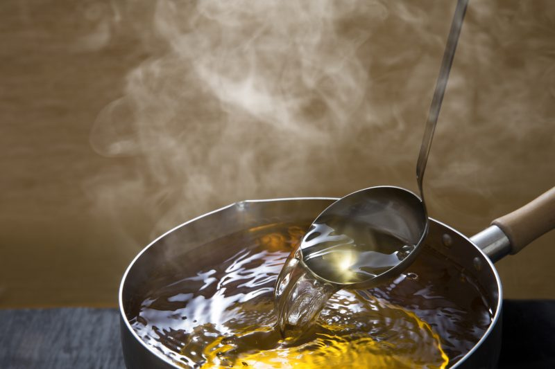 できたての出汁がたっぷり入った鍋の画像