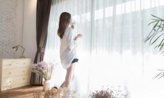 日焼け止めの正しい塗り方を専門家が伝授|日焼けしづらい服の色やSPF、PAの意味も紹介