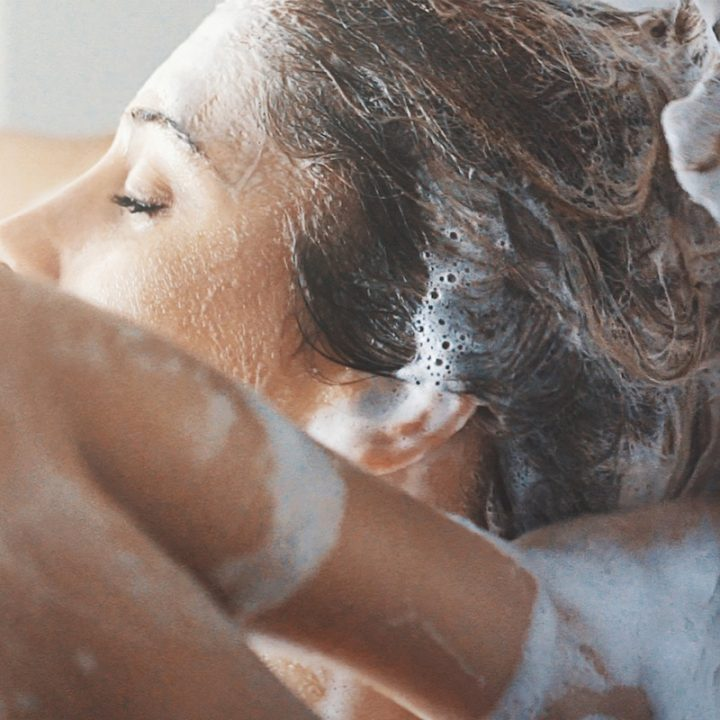 シャンプーをしている女性