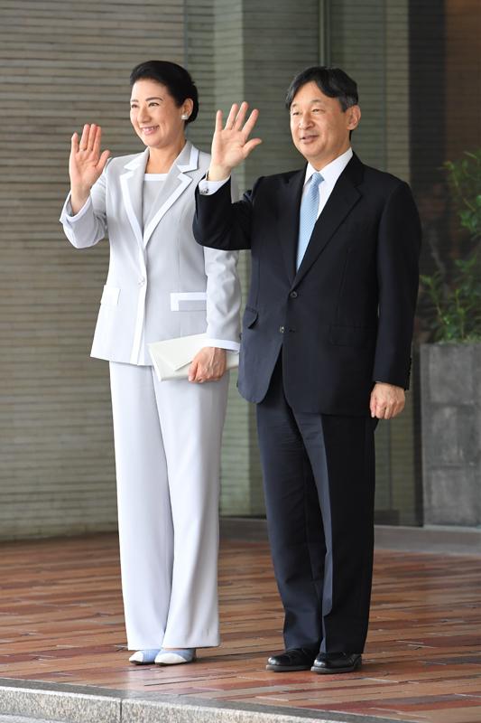 天皇陛下と雅子さまが並んでお手振りされている
