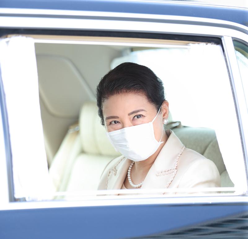 皇后雅子さまが御養蚕始の儀のため皇居へ向かわれる車中で会釈されている