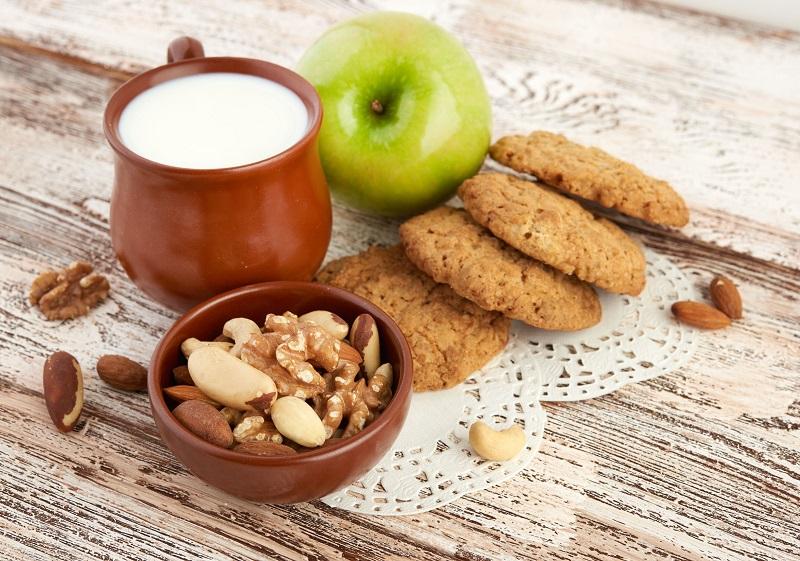ホットミルク、ナッツ、クッキー、青りんごの画像