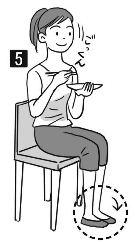 イスに座り食事をし、食べ物を飲み込む女性のイラスト