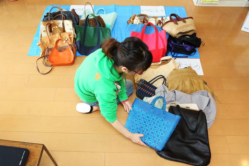 ひとつひとつのバッグを仕分けする女性
