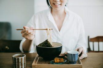 外食で太らない知識|低カロリーの麺や揚げ物、うどんのおすすめトッピングは?