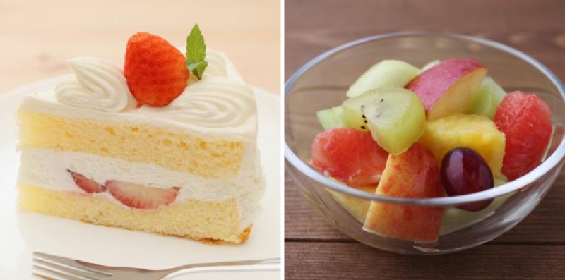 いちごのショートケーキと、グラスに入ったフルーツ盛り合わせ