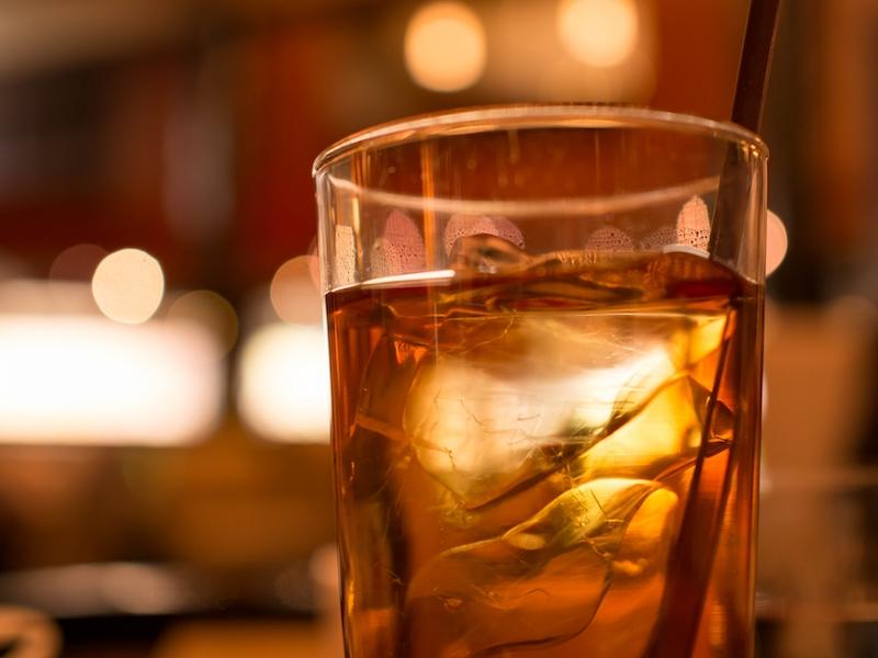 グラスに入ったウーロン茶
