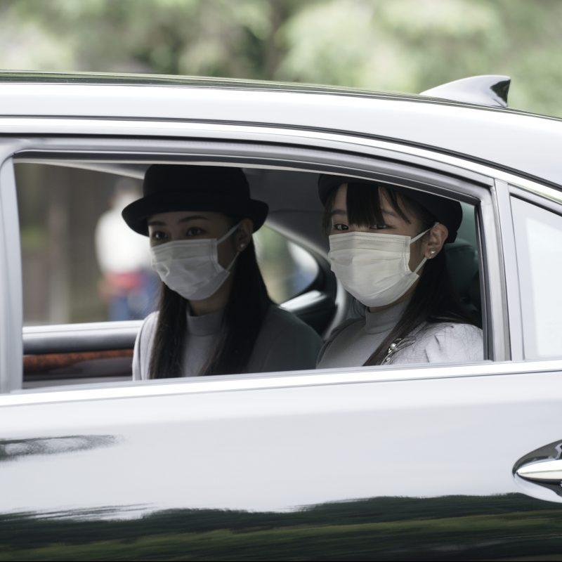 マスクをしている眞子さまと佳子さまが車に乗っている