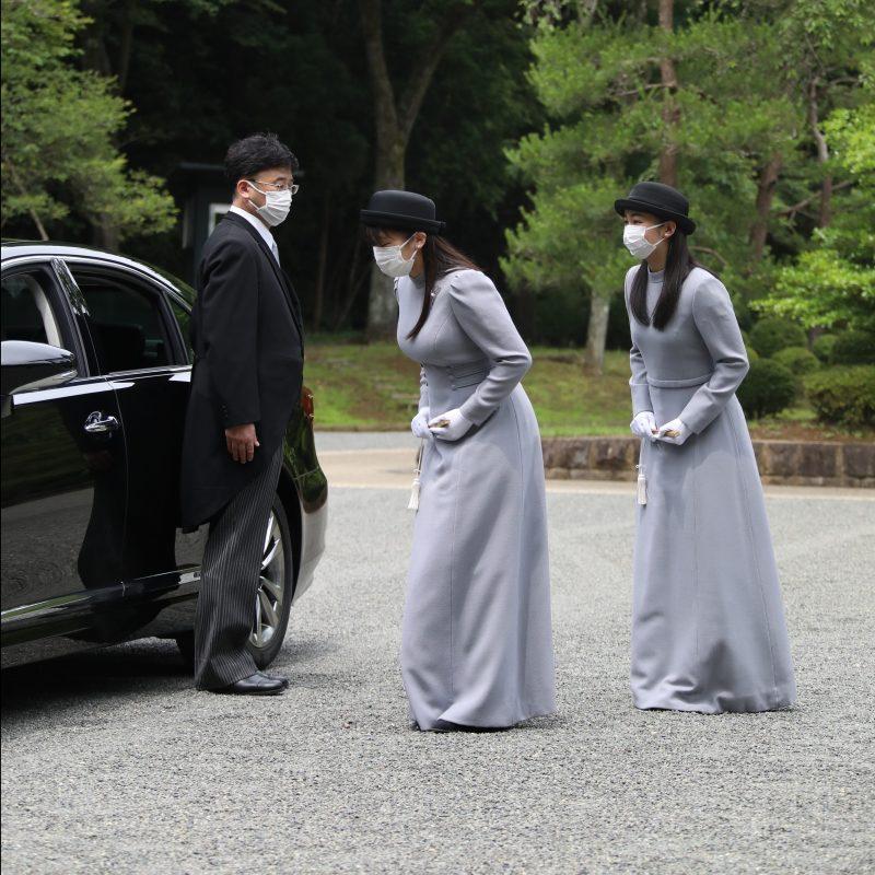 車の乗前で丁寧にごあいさつされる眞子さまと佳子さま