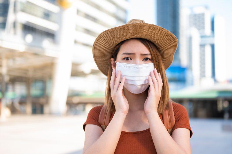 マスクをつけて肌を気にする女性