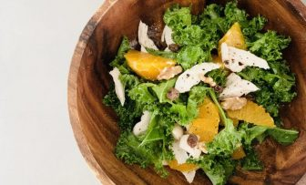 一皿で完璧な栄養バランス!健康・美肌増進に「オレンジとケールのサラダ」【市橋有里の美レシピ】