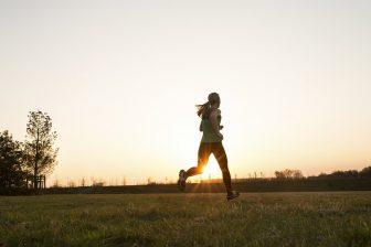 """高血糖を防ぐには「早歩き」を! 糖尿病改善のために""""3分でできる方法""""を解説"""