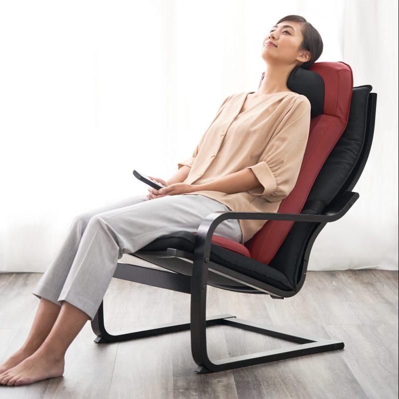 フジ医療器『マイリラ シートマッサージャーMRL-1200』に座りくつろぐ女性