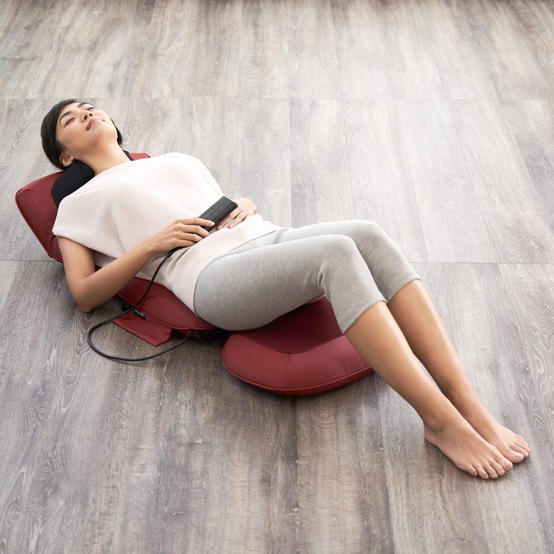 フジ医療器『マイリラ シートマッサージャーMRL-1200』に寝そべりくつろぐ女性