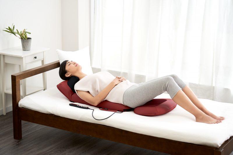 フジ医療器『マイリラ シートマッサージャーMRL-1200』をベッドにのせ、その上に寝そべりくつろぐ女性