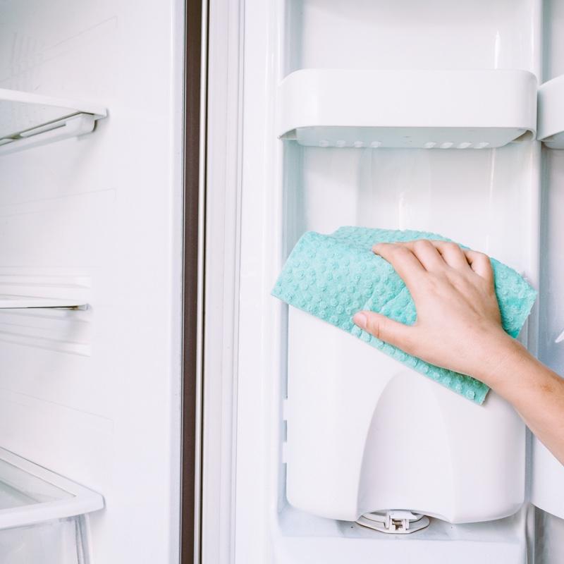 冷蔵庫を掃除している様子