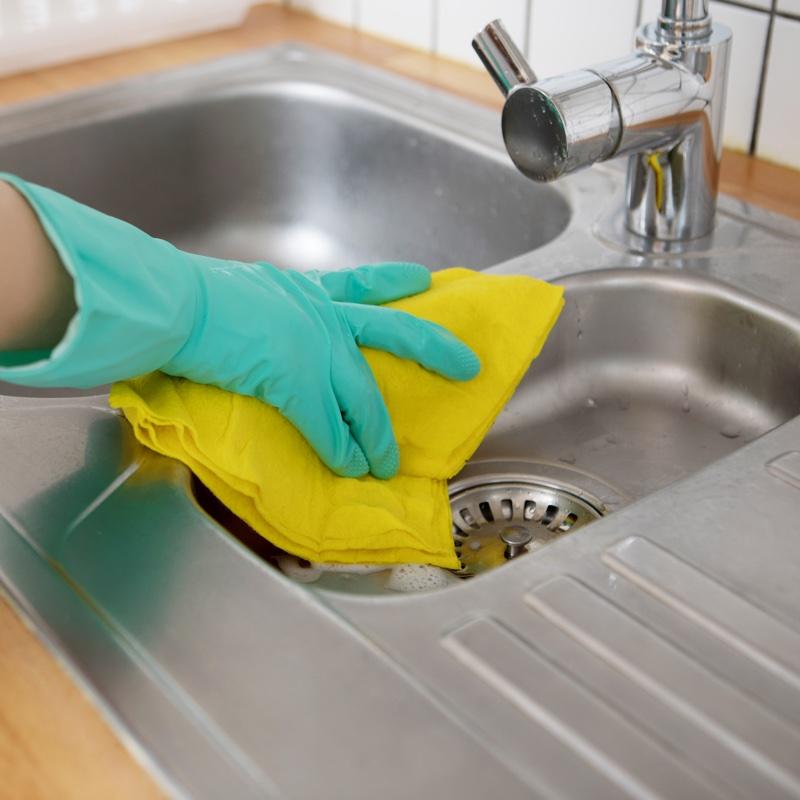 台所シンクを掃除している様子
