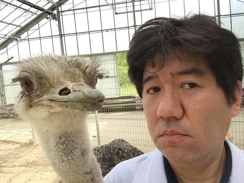 ダチョウと顔を並べる塚本さん