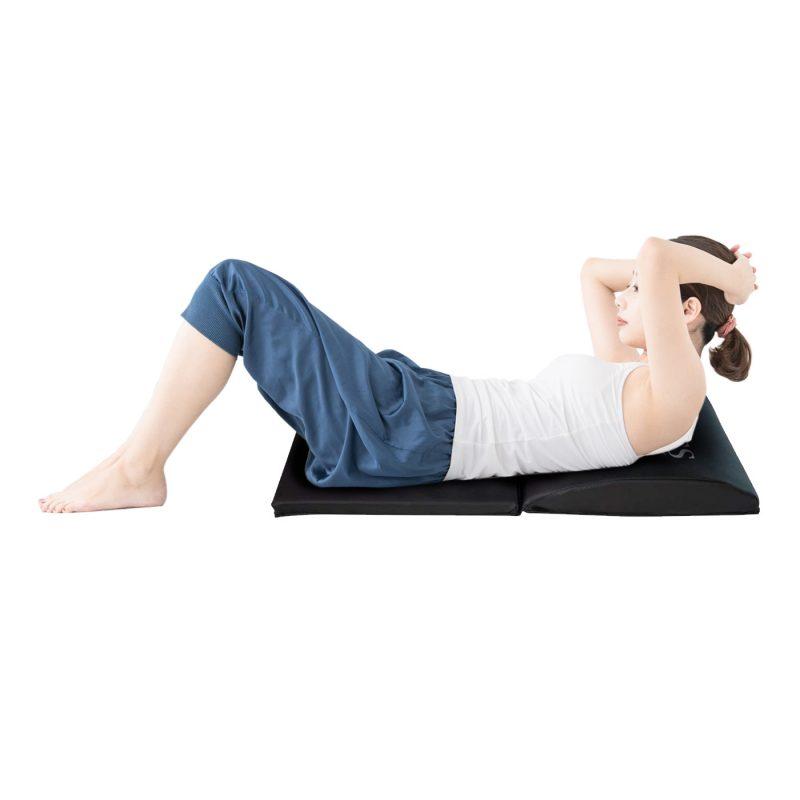 RIORES 腹筋補助マット(そうまファクトリー)にのって腹筋運動をする女性