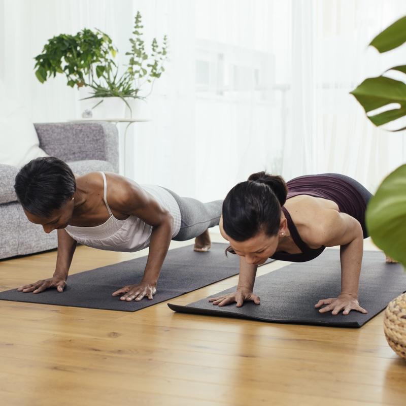 自宅でトレーニングをする2人