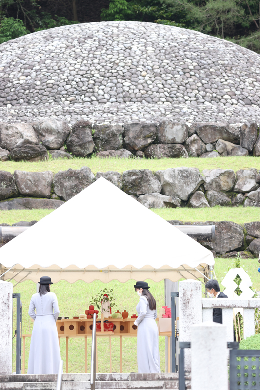 武蔵野東陵の前にのぞまれる眞子さまと佳子さま